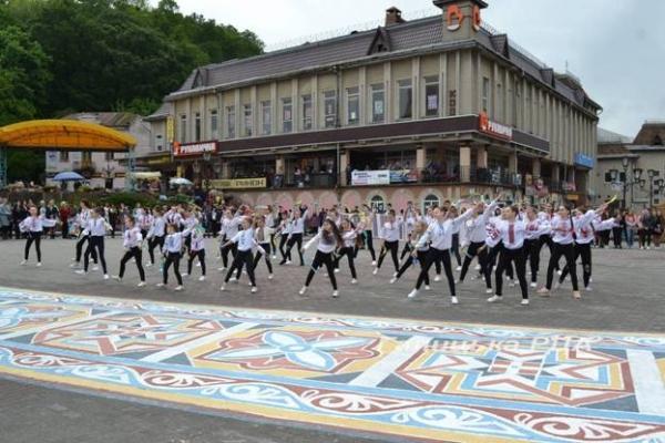 У День вишиванки в Галичі відкрили 25-метрову «вишиту» доріжку