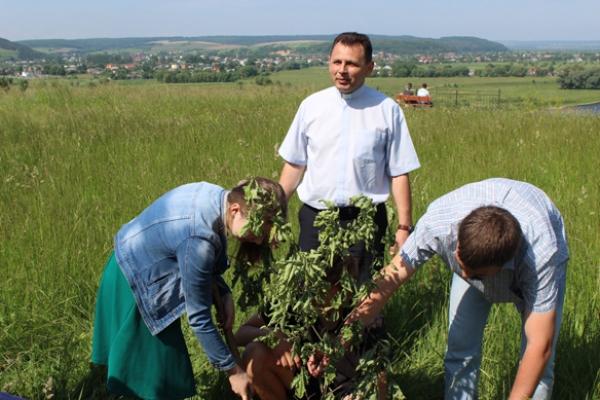 Біблійний сад у Маріямполі збагатився саджанцями з родинного гнізда митрополита А. Шептицького
